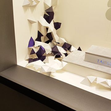 décor en papier pour les vitrines taché