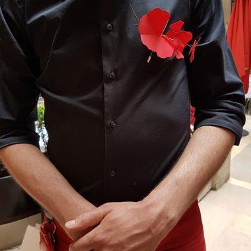 broche en papier rouge pour le plaza athénée.