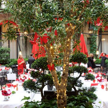 décoration du dîner rouge au plaza athénée