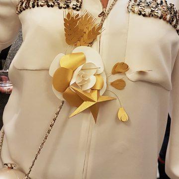 broche camélia en papier pour la maison Chanel
